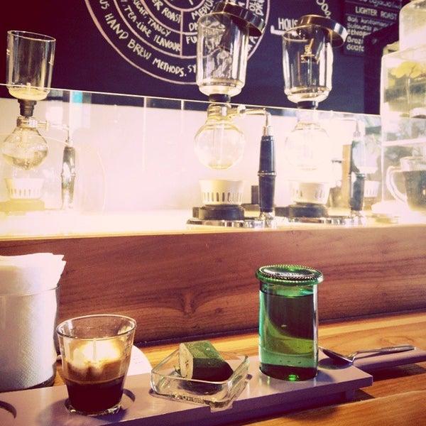 Foto scattata a Seniman Coffee Studio da Mayka D. il 6/7/2015