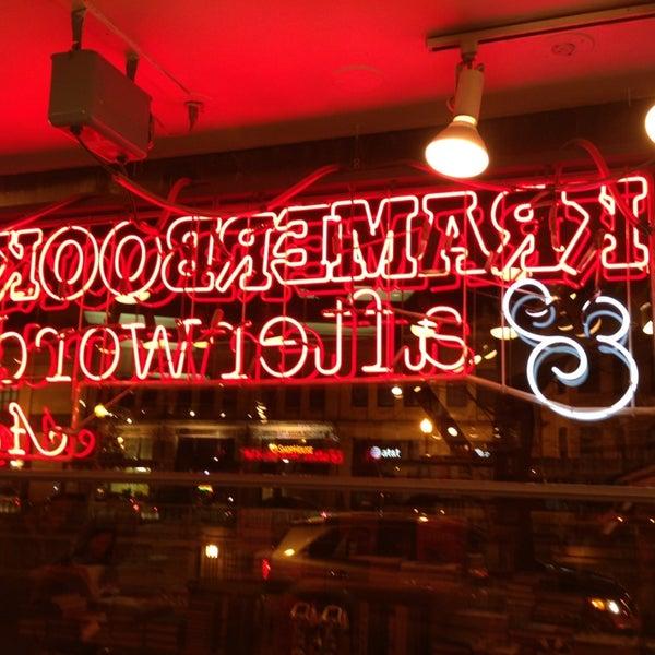 Photo prise au Kramerbooks & Afterwords Cafe par Jon S. le4/6/2013