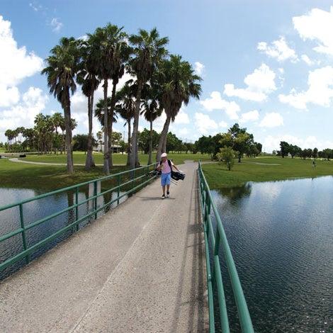 Das Foto wurde bei Palmetto Golf Course von Palmetto Golf Course am 3/18/2014 aufgenommen