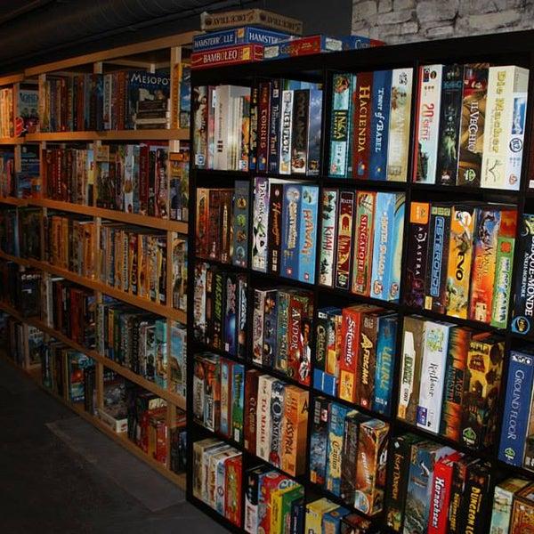 D'ÉNORMES bibliothèques remplies de Jeux en tout genre, beaucoup d'espace pour jouer, de la bonne bouffe, facile d'accès par autobus (boul Charest), de super animateurs... y'a rien de mieux :)