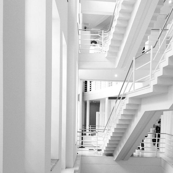 รูปภาพถ่ายที่ Design Museum Gent โดย Thomas H. เมื่อ 9/8/2013