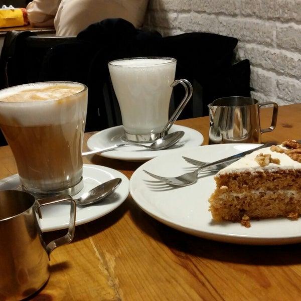 El café es delicioso. Las tartas tienen un sabor espectacular; el tiramisú y el Carrot Cake volverían a la vida a un muerto. Si quieres disfrutar del postre o la merienda éste es el lugar perfecto.