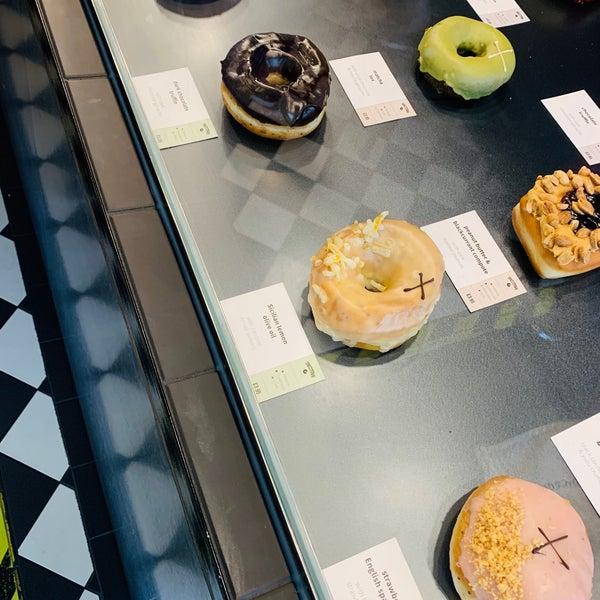 Foto diambil di Crosstown Doughnuts & Coffee oleh Aphirat ♡ S. pada 8/3/2019