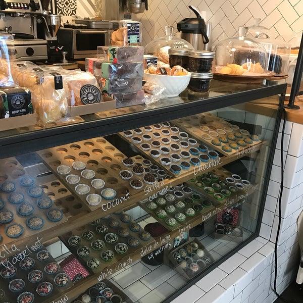 รูปภาพถ่ายที่ Brigadeiro Bakery โดย Dri B. เมื่อ 3/21/2017