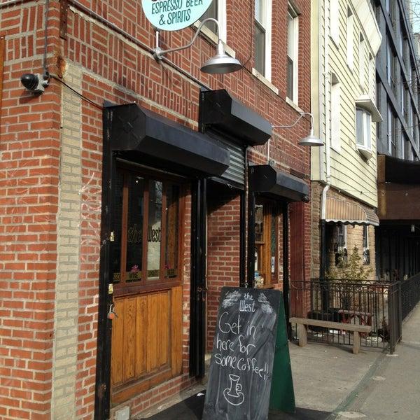 รูปภาพถ่ายที่ The West—Coffeehouse & Bar โดย naoise i. เมื่อ 2/26/2013