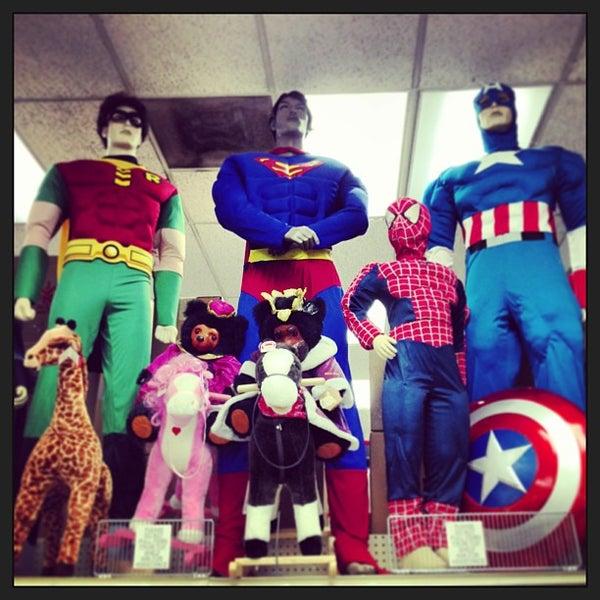 Das Foto wurde bei Hollywood Toys & Costumes von Hans H. am 6/8/2013 aufgenommen