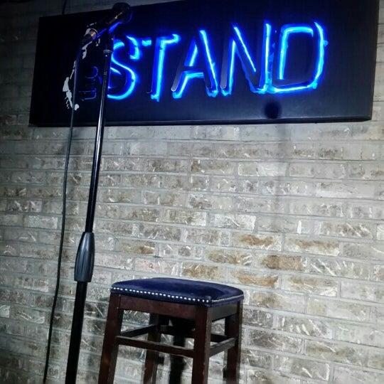 รูปภาพถ่ายที่ The Stand Restaurant & Comedy Club โดย Michael J. เมื่อ 2/13/2016