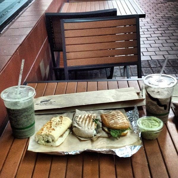 Foto tirada no(a) specialTEA Lounge & Cafe por Matthew S. em 4/12/2014