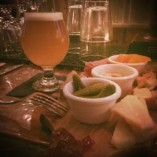 Foto tomada en The Jeffrey Craft Beer & Bites por Matt A. el 1/7/2016
