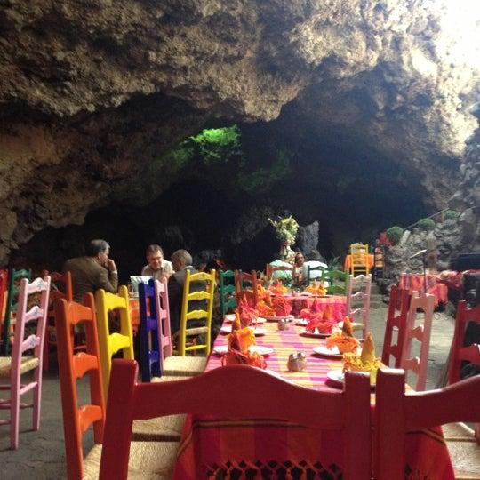 Foto tomada en La Gruta Restaurant por Luiza N. el 11/20/2012