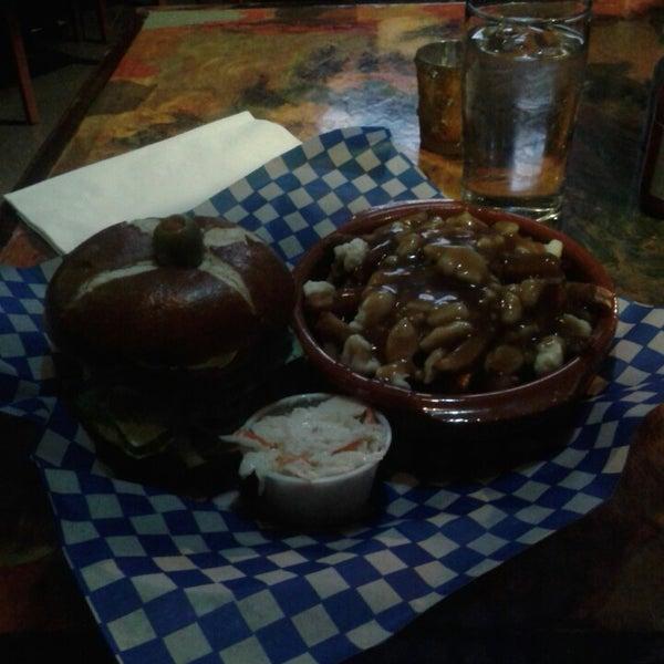 La poutine est vraiment très bonne et les hamburgers sont excellents,  dignes d'une boucherie de qualité qui nous donne un vrai hamburger!