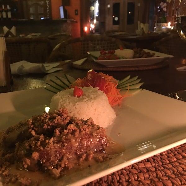 """De entrada peça """"goong phad king"""", camarão ao gengibre (serve 2 a 3 pessoas) e prato principal """"kaeng pla"""", peixe branco com pasta de amendoim apimentada, deliciosa! Tem mais dicas no blog #1001trips"""