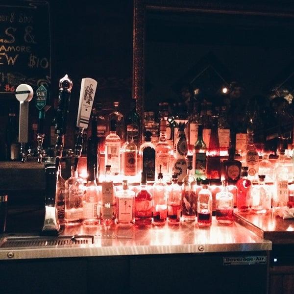 6/28/2014 tarihinde Kirsten A.ziyaretçi tarafından Verdugo Bar'de çekilen fotoğraf
