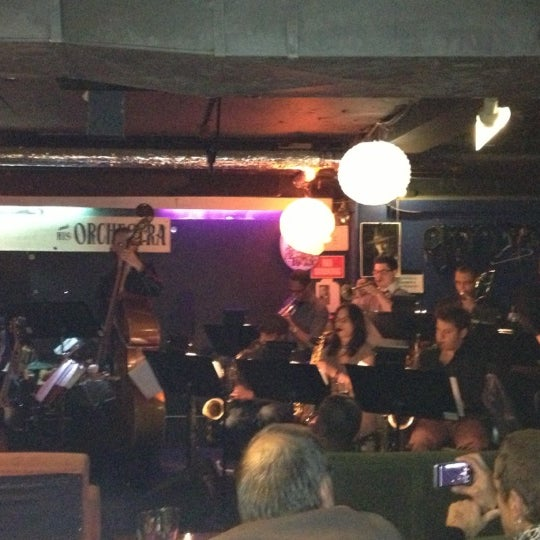 Photo prise au Fat Cat par Nicoletta @trinityquepasa le10/8/2012