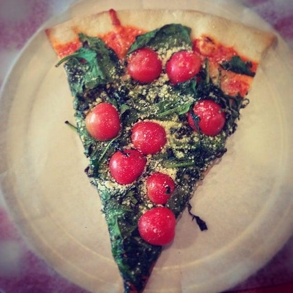 Foto scattata a La Rocco's Pizzeria da Joshua V. il 5/4/2014