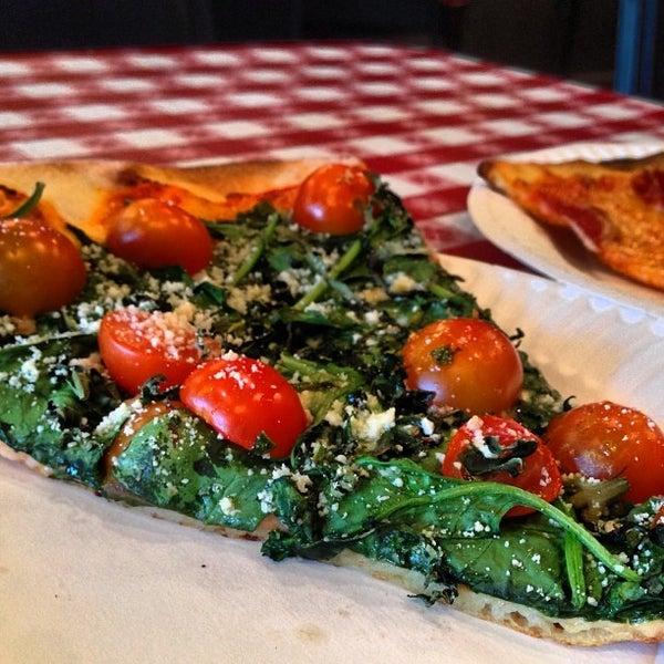 Foto scattata a La Rocco's Pizzeria da Joshua V. il 10/1/2013