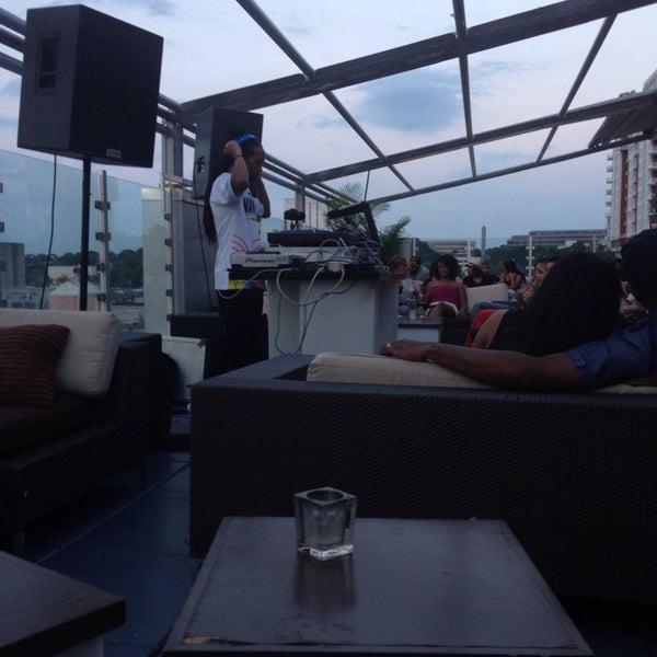 Снимок сделан в Solas Lounge & Rooftop Bar пользователем Alexandria A. 7/31/2014