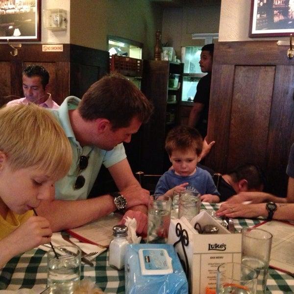 Das Foto wurde bei Luke's Bar & Grill von Charles B. am 6/22/2013 aufgenommen