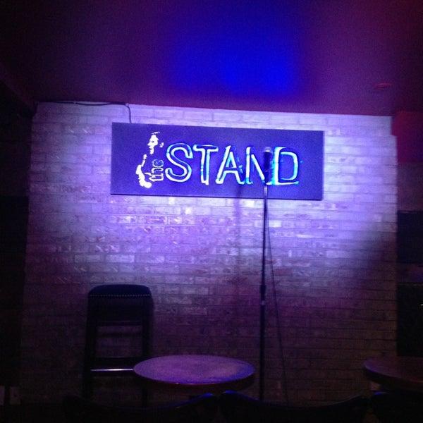 รูปภาพถ่ายที่ The Stand Restaurant & Comedy Club โดย Roberto T. เมื่อ 3/15/2013