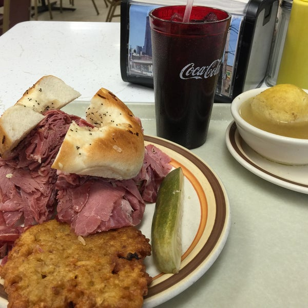 Foto diambil di Manny's Cafeteria & Delicatessen oleh Michael L. pada 3/5/2015