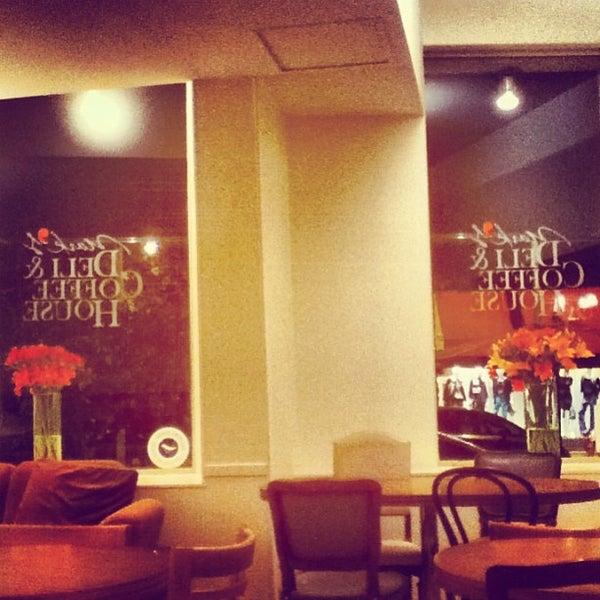 Foto tirada no(a) Mark's Deli & Coffee House por Sol Z. em 3/10/2013