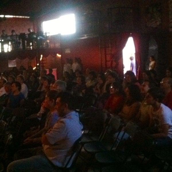 รูปภาพถ่ายที่ La Casona Del Arbol Teatro-Bar & Cocina Show Center โดย Raymundo R. เมื่อ 5/21/2014
