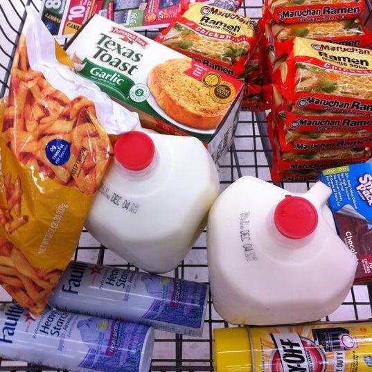 Das Foto wurde bei Walmart von TWELVE AND TWO C. am 11/20/2012 aufgenommen