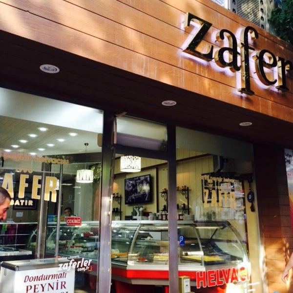 Das Foto wurde bei Zafer Tarihi Peynir Helvacısı von elli8official 🇹🇷 am 7/25/2015 aufgenommen