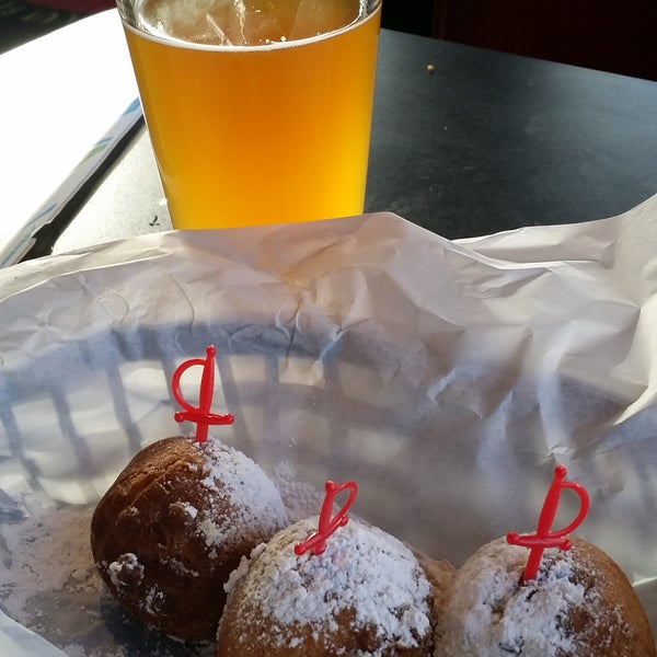 Why is Sinful Burger better that Stellas?  1). Craft beer & fried Oreos at the same time, 2). no cigarette ashes in the burger itself, and 3). thw waitstaff was excellent (thanks Mike). We'll be back!