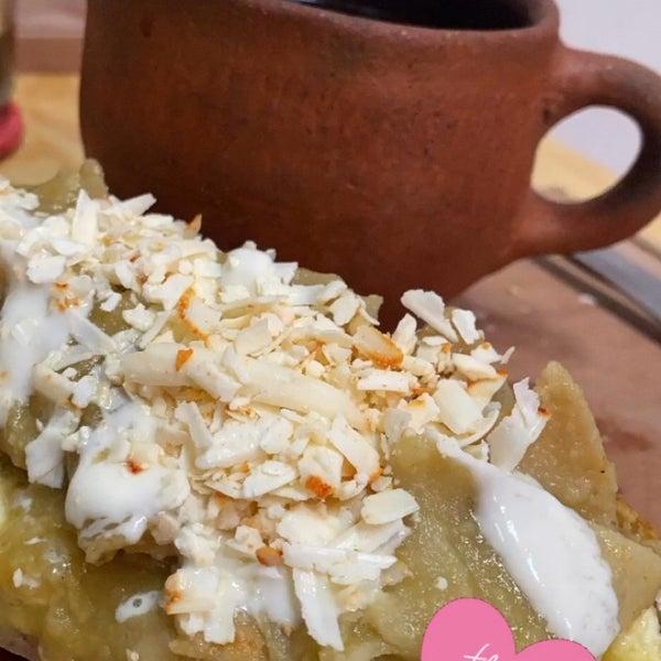 """El café de olla y """"el mollete de chilaquiles» pfffff son una delicia, el lugar es un pintoresco rincón con tradición, el trato es cordial y ameno, excelente opción para engullir alimentos mexicanos!"""