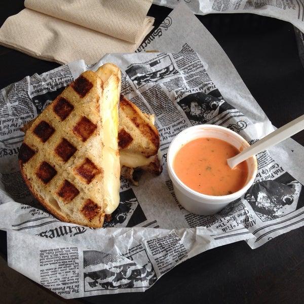 Foto tomada en New York Grilled Cheese Co. por David R. el 4/20/2014