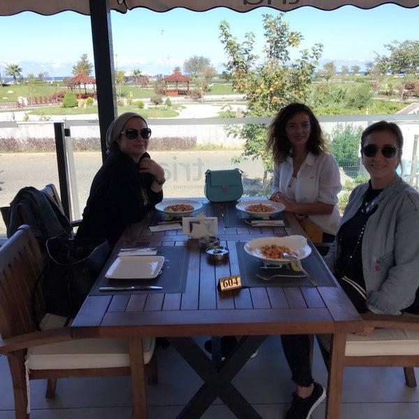 Foto tomada en Tria Restaurant Cafe por Sedat A. el 10/5/2017