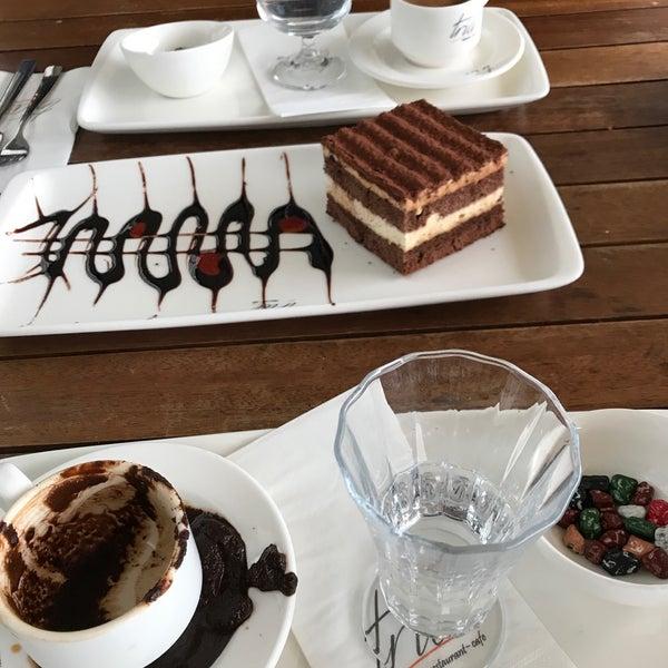 Foto tomada en Tria Restaurant Cafe por Sedat A. el 10/10/2017