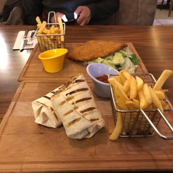 Foto tomada en Tria Restaurant Cafe por Sedat A. el 11/23/2017