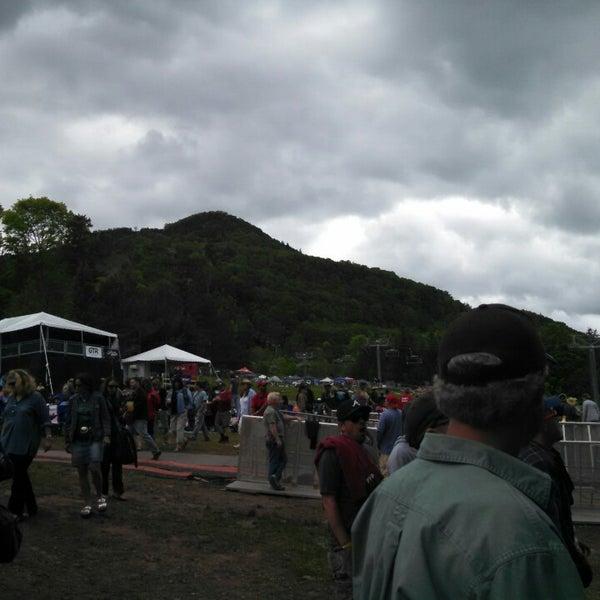Das Foto wurde bei Mountain Jam von Laura C. am 6/6/2014 aufgenommen