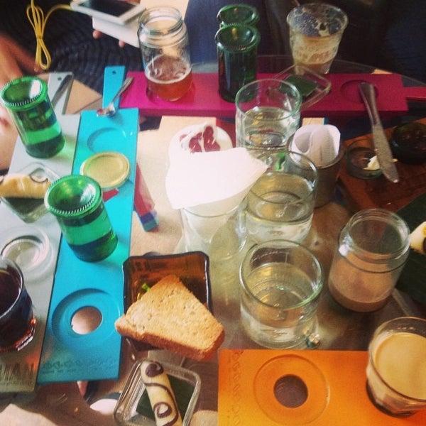 7/4/2014 tarihinde a table for f.ziyaretçi tarafından Seniman Coffee Studio'de çekilen fotoğraf