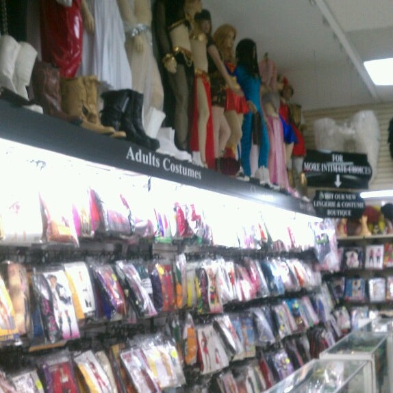 Foto tomada en Hollywood Toys & Costumes  por Big John K. el 7/3/2013