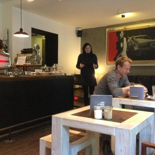 *** : LE café du quartier! Un accueil au top, wifi, large choix d'excellents cafés, une terrasse avec balancelle. Idéal pour se poser devant un thé et admirer les passants pendant des heures.