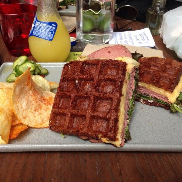Foto tirada no(a) Frëims Sándwiches Cuadriculados por Gabriela C. em 10/27/2013