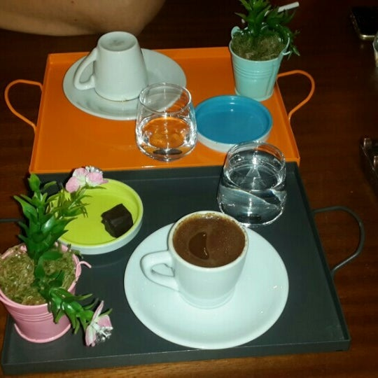 Photo prise au Coffee Castle par Nuray T. le6/22/2016