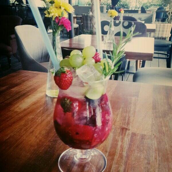 6/8/2014 tarihinde Tayfun A.ziyaretçi tarafından Eat'n Joy Mangal'de çekilen fotoğraf