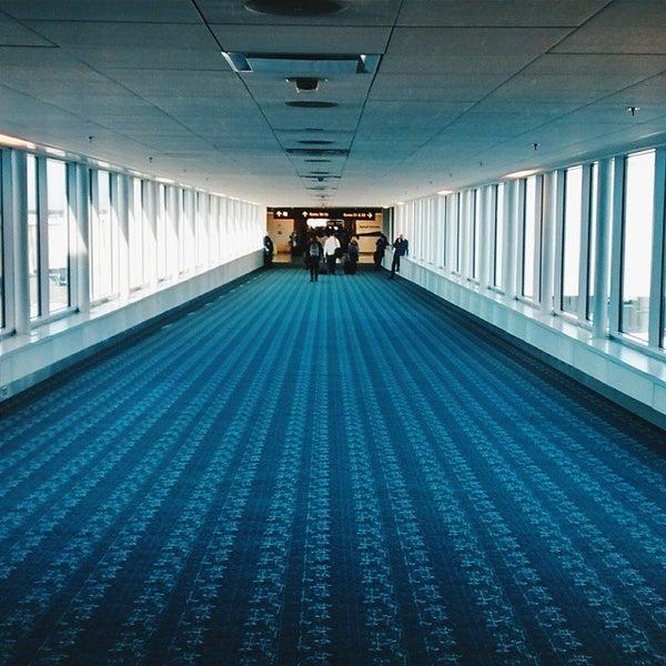 Foto tirada no(a) Aeroporto Internacional de Orlando (MCO) por Galina K. em 1/29/2015