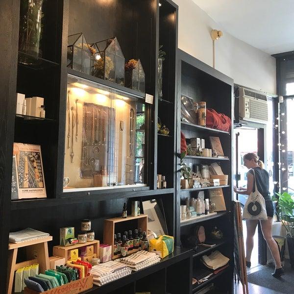 Foto tirada no(a) Omoi Zakka Shop Rittenhouse por Traci K. em 8/18/2017