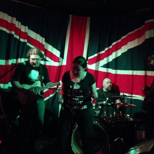 Снимок сделан в The Queen's Head пользователем dani c. 12/7/2013