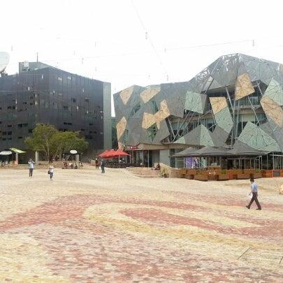 รูปภาพถ่ายที่ Federation Square โดย Annie L. เมื่อ 10/17/2012