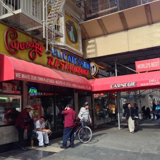 Foto tomada en Carnegie Deli por Bryan K. el 10/17/2012