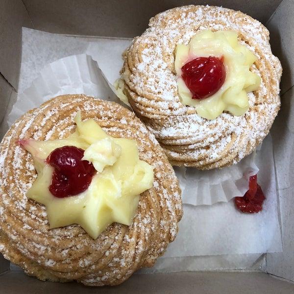 Foto tomada en LaGuli Pastry Shop por Jo  G. el 3/19/2018