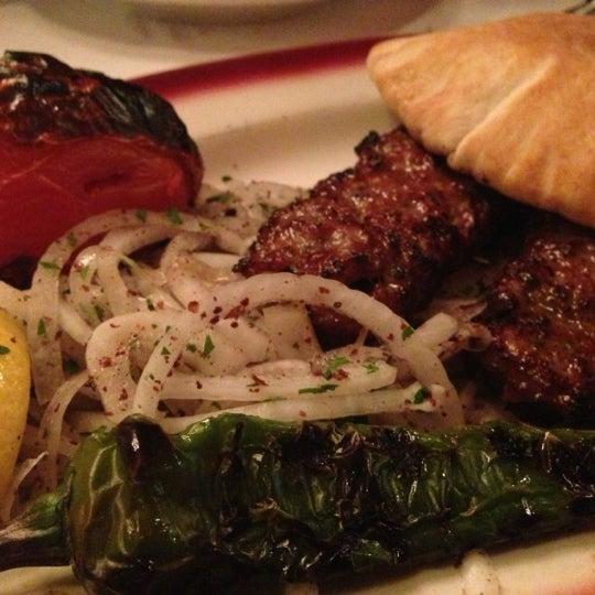Das Foto wurde bei Taci's Beyti Restaurant von Jo  G. am 11/30/2012 aufgenommen