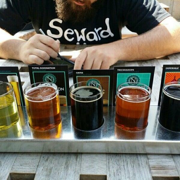 รูปภาพถ่ายที่ Ninkasi Brewing Tasting Room โดย John T. เมื่อ 8/10/2014