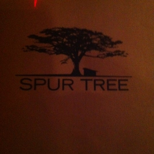 Photo prise au Spur Tree Lounge par Kadri A. le12/16/2012
